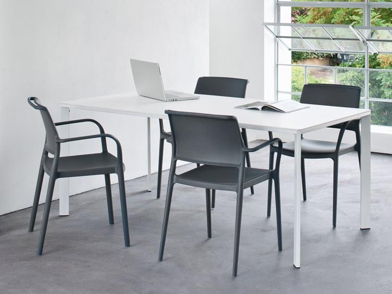 sedia-plastica-nero-ambientata-con-tavolo-logico